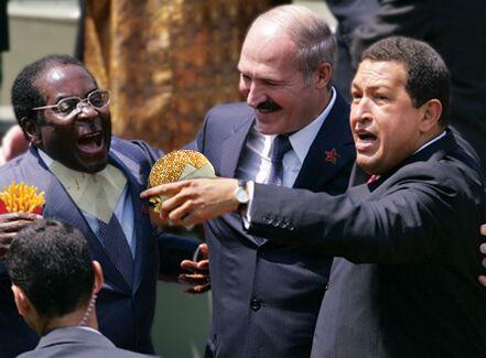 Conferenza generale sulle Megapresidenze, Teheran. Lukashenko tenta in tutti i modi di placare due scimmie affamate.