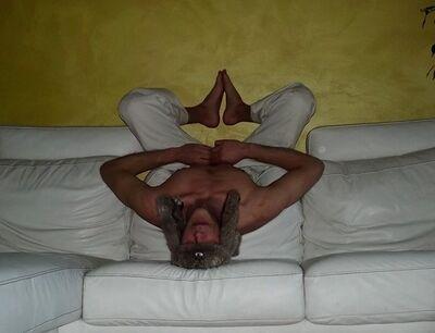 Idiota sul divano a testa sotto.JPG
