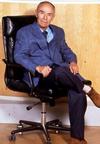 Santi Licheri seduto.png