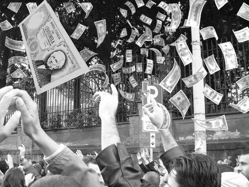 Pioggia di soldi sulla folla.jpg