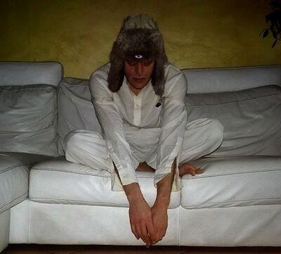 Idiota seduto sul divano.JPG