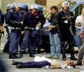 Carlo Giuliani morto con carabinieri.jpg