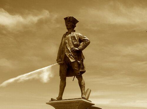 Statua di Cook Che urina.jpg